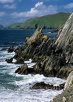 Ireland, County Kerry, The Dingle Peninsula: Slea Head, view along rugged coastline to Great Blasket Island | Irland, County Kerry, The Dingle Peninsula: Slea Head, Blick entlang der rauhen Kueste zum Great Blasket Island