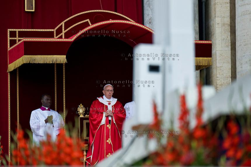 Papa Francesco durante la celebrazione della Santa Messa in Piazza San Pietro