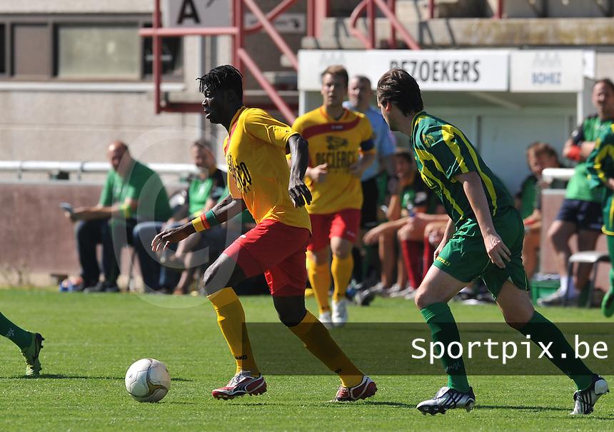 Racing Waregem - Standaard Wetteren : Bertin Tomou aan de bal voor zijn verdediger Phillippe Buyssens (rechts).foto VDB / BART VANDENBROUCKE