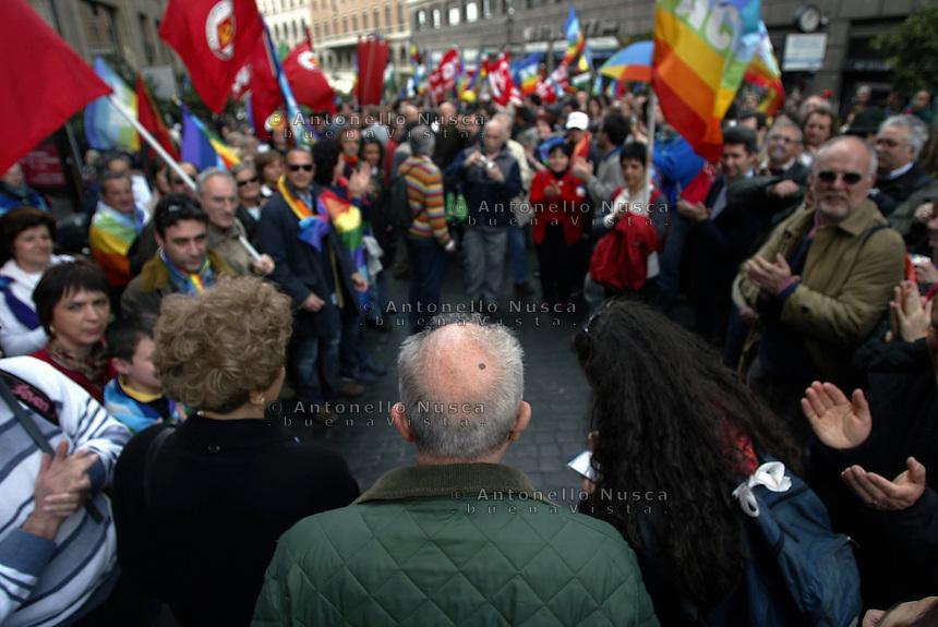 Roma, 12 Aprile, 2003. I partecipanti a una manifestazione contro la guerra salutano Pietro Ingrao in una delle sue ultime apparizioni in piazza. People greet Italian comunist leader Pietro Ingrao during an anti war demonstration