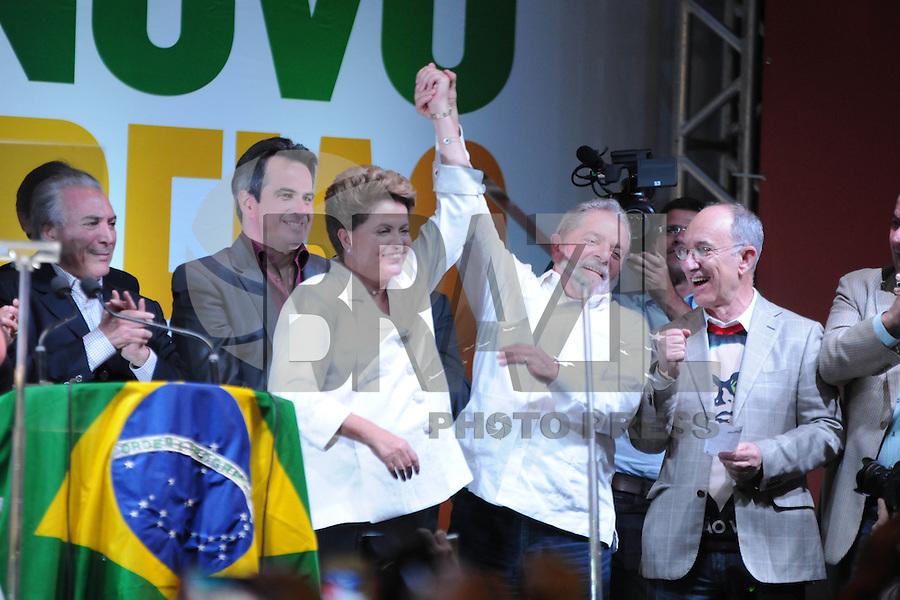 BRASÍLIA, DF, 26.10.2014 – ELEIÇOES 2014 – DILMA ROUSSEFF REELEITA – A presidente reeleita Dilma Rousseff com o ex presidente Lula durante evento em comemoração à sua reeleição no hotel Royal Tulip em Brasília, na noite deste domingo, 26. (Foto: Ricardo Botelho / Brazil Photo Press)