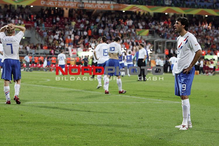 FIFA WM 2006 -  Round of Sixteen - / Viertelfinale <br /> Play     #52 (25-Jun) - Portugal vs Niederlande ( Holland ) 1:0<br /> <br /> <br /> Ratlosigkeit bei Ruud van Nistelrooij <br /> <br /> <br /> Foto &copy; nordphoto