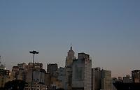 SAO PAULO, SP, 26 FEVEREIRO 2013 - CLIMA TEMPO - SAO PAULO - Amanhecer na cidade de Sao Paulo vista da regiao central da capital paulista nesta terça-feira, 26. FOTO: LUIZ GUARNIERI - BRAZIL PHOTO PRESS.