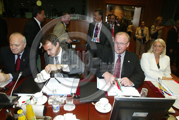 BRUSSELS - BELGIUM - 16 JUNE 2005 -- EU SUMMIT.-- From left Miguel Angel MORATINOS, Spanish Minister for Foreign Affairs, Jose Luis RODRIGUEZ ZAPATERO, Spanish Prime Minister and his Swedish Counterpart G?ran PERSSON and Laila FREIVALDS, Swedish Minister for Foreign Affairs. PHOTO: ERIK LUNTANG / EUP-IMAGES..
