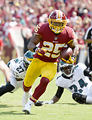 Washington Redskins running back Chris Thompson (25) runs for a touchdown in the second quarter against the Philadelphia Eagles at FedEx Field in Landover, Maryland on Sunday, September 10, 2017.<br /> Credit: Ron Sachs / CNP