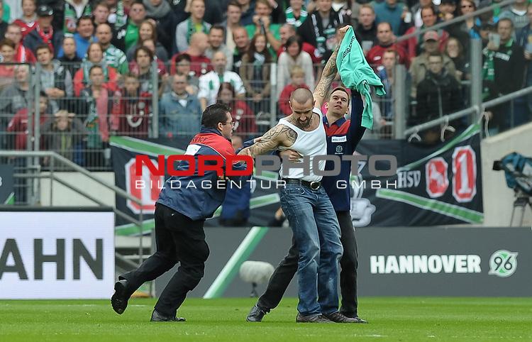 21.09.2013, HDI Arena, Hannover, GER, 1.FBL, Hannover 96 vs FC Augsburg, im Bild Ein Flitzer ist aufs Feld gelaufen<br /> <br /> Foto &copy; nph / Frisch