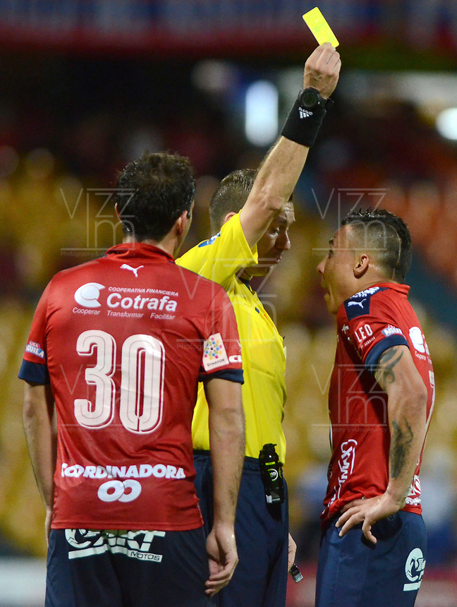MEDELLÍN -COLOMBIA-04-06-2017: Wilson Lamouroux, árbitro, muestra la tarjeta amarilla a Luis C Arias del Medellin durante el partido de vuelta entre Independiente Medellín y Deportivo Cali por los cuadrangulares finales de la Liga Águila I 2017 jugado en el estadio Atanasio Girardot de la ciudad de Medellín. / Wilson Lamouroux, referee, shows the yellow card to Luis C Arias of Medellin during the second leg match between Independiente Medellin and Deportivo Cali for the final quadrangulars of the Aguila League I 2017 played at Atanasio Girardot stadium in Medellin city. Photo: VizzorImage/ León Monsalve / Cont