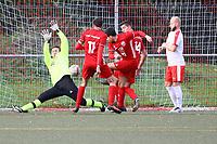 Daniel Simoes (Hoechst) erzielt das 2:4 gegen Max Sander (Büttelborn) - Büttelborn 31.10.2017: SKV Büttelborn vs. TSV Höchst