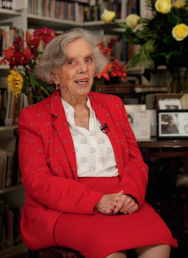 CIUDAD DE M&Eacute;XICO, Noviembre 22, 2013. La escritora, Elena Poniatowska, en su casa de Coyoac&aacute;n en la Ciudad de M&eacute;xico, el 22 de noviembre de 2013. La escritora recibi&oacute; el premio Cervantes 2013 con la biograf&iacute;a &quot;El universo o nada&quot;, sobre su esposo, el astr&oacute;nomo Guillermo Haro.  FOTO: ALEJANDRO MEL&Eacute;NDEZ<br /> <br /> MEXICO CITY, Nov. 22, 2013. The writer Elena Poniatowska, at his home in Coyoacan in Mexico City, on November 22, 2013. The writer received the Cervantes Prize 2013 biography &quot;The universe or nothing&quot; about her husband, astronomer Guillermo Haro. PHOTO: ALEJANDRO MELENDEZ