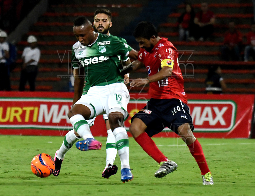MEDELLIN - COLOMBIA -04-03-2017: Cristian Marrugo (Der.) jugador de Deportivo Independiente Medellin disputa el balón con Nilson Castrillon (Izq.) jugador de Deportivo Cali, durante entre Deportivo Independiente Medellin y Deportivo Cali, por la fecha 8 de la Liga Aguila I 2017, en el estadio Atanasio Girardot de la ciudad de Medellin. / Cristian Marrugo player of Deportivo Independiente Medellin vies for tha ball with Nilson Castrillon (L) player of Deportivo Cali, during a match between Deportivo Independiente Medellin and Deportivo Cali for the date 8 of the Liga Aguila I 2017 at the Atanasio Girardot stadium in Medellin city. Photo: VizzorImage  / Luis Ramirez / Staff.