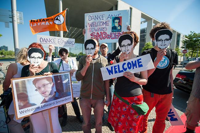 Snowden-Aktion vor dem NSA-Untersuchungsausschuss.<br />Mitglieder der Piratenpartei hiessen am Donnerstag den 22. Mai 2014 den Whistleblower Edward Snowden vor Beginn der Sitzung des NSA-Untersuchungsausschuss symbolisch willkommen. Mit der Aktion unter dem Motto &quot;Snowden nach Berlin - fuer einen sicheren Aufenthalt von Edward Snowden in  Deutschland&quot; warb die Piratenpartei dafuer, dass Edward Snowden zum Untersuchungsausschuss nach Berlin eingeladen wird. &quot;Um die Aufarbeitung des Ueberwachungsskandals nicht vollstaendig zur Farce werden zu lassen, halten wir es fuer unabdingbar, Edward Snowden als Zeugen nach Berlin zu laden&quot;, so die Piraten.<br />22.5.2014, Berlin<br />Copyright: Christian-Ditsch.de<br />[Inhaltsveraendernde Manipulation des Fotos nur nach ausdruecklicher Genehmigung des Fotografen. Vereinbarungen ueber Abtretung von Persoenlichkeitsrechten/Model Release der abgebildeten Person/Personen liegen nicht vor. NO MODEL RELEASE! Don't publish without copyright Christian-Ditsch.de, Veroeffentlichung nur mit Fotografennennung, sowie gegen Honorar, MwSt. und Beleg. Konto: I N G - D i B a, IBAN DE58500105175400192269, BIC INGDDEFFXXX, Kontakt: post@christian-ditsch.de]