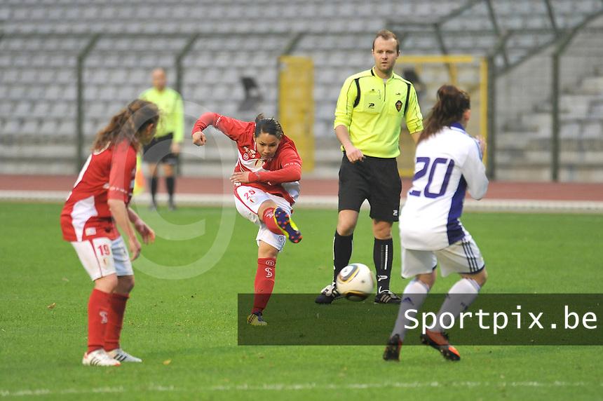 RSC Anderlecht Dames - Standard Femina de Liege : Lola Wajnblum met het schot.foto JOKE VUYLSTEKE / Vrouwenteam.be