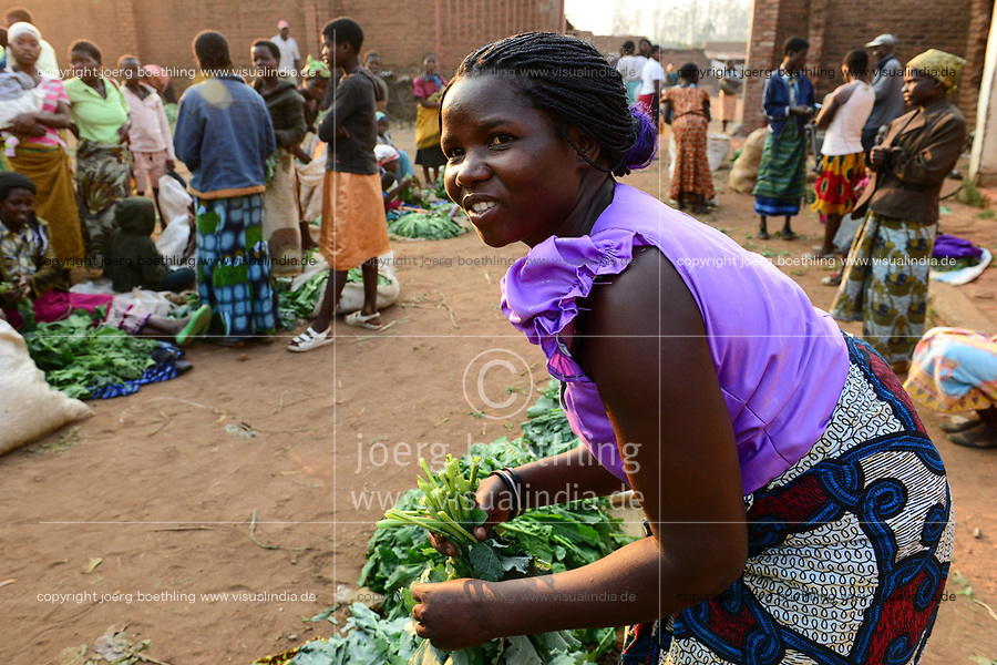 MALAWI, Thyolo, women sell vegetables on market in Bvumbwe / MALAWI, Thyolo, Frauen verkaufen Gemüse auf dem Markt in Bvumbwe, Farmerin Ethel Mikayelo, 27 verkauft Gemuese auf dem Markt in Bvumbwe