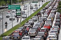 SÃO PAULO, SP, 24.01.2014 – TRÂNSITO EM SÃO PAULO: Trânsito na Av. 23 de Maio, próximo ao Parque do Ibirapuera, zona sul de São Paulo na tarde desta sexta feira. (Foto: Levi Bianco / Brazil Photo Press).
