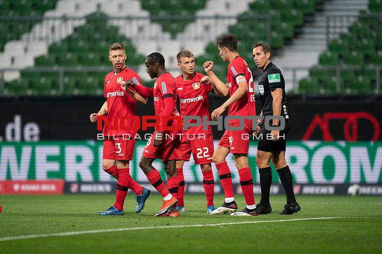 Jubel Tor Leverkusen +Kai Havertz (Leverkusen #29),   Daley Sinkgraven (Leverkusen #22), <br /> Nadiem Amiri (Leverkusen #11), <br /> Mitchell Weiser (Leverkusen #23), <br /> Tobias Stieler (SR), (Schiedsrichter / Referee)<br /> <br /> Sport: Fussball: 1. Bundesliga: Saison 19/20: <br /> 26. Spieltag: SV Werder Bremen vs Bayer 04 Leverkusen, 18.05.2020<br /> <br /> Foto ©  gumzmedia / Nordphoto / Andreas Gumz / POOL <br /> <br /> Nur für journalistische Zwecke! Only for editorial use!<br />  DFL regulations prohibit any use of photographs as image sequences and/or quasi-video.