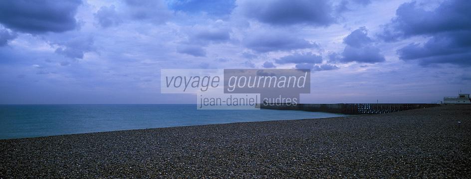 Europe/France/Haute-Normandie/76/Seine-Maritime/Dieppe: la plage de galets et la jetée