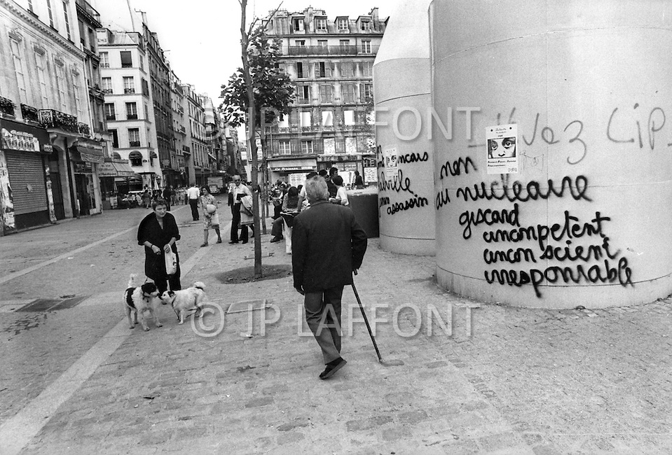 Paris, August 1977. August in Paris is a noveable feast. While millions of residents are leaving for their favourite resorts, thousands of foreign tourists are flocking to the French Capital. Nevertheless, genuine Parisians, old and young alike, stay in Paris and mantain the tradition charm.