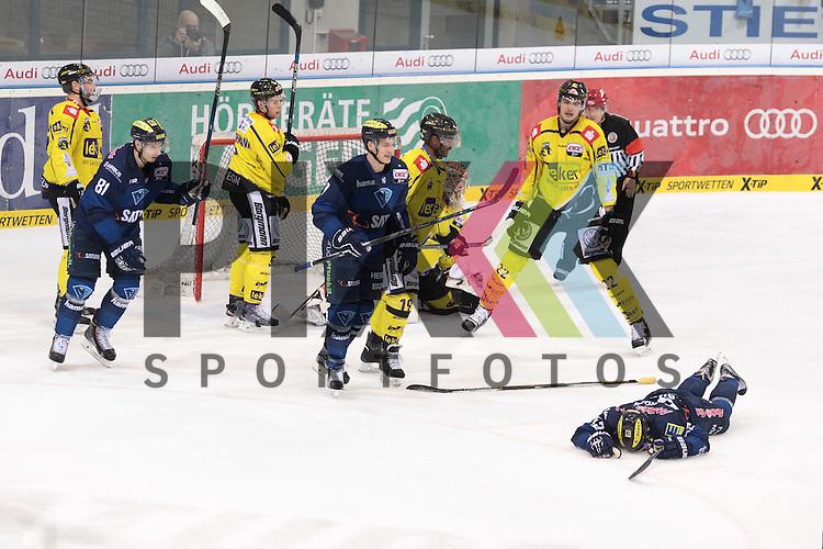 Torjubel zum 2:0 gegen die Krefelder Pinguine durch die 42 Jared Ross (Spieler ERC Ingolstadt)<br /> Am 34. Spieltag spielten der ERC Ingolstadt gegen die Krefeld Pinguine. in Ingolstadt in der Saturnarena am 05.01.16.<br /> <br /> Foto &copy; PIX-Sportfotos *** Foto ist honorarpflichtig! *** Auf Anfrage in hoeherer Qualitaet/Aufloesung. Belegexemplar erbeten. Veroeffentlichung ausschliesslich fuer journalistisch-publizistische Zwecke. For editorial use only.