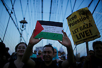 New York City, NY. 20 August 2014. A man holds a Palestinian flag as he takes part during a Pro-palestine Rally across de Brooklyn Bridge in Manhattan.  Photo by Kena Betancur/VIEWpress
