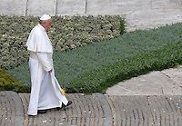 Papa Francesco celebra la messa della Domenica delle Palme in Piazza San Pietro, 20 marzo 2016.<br /> Pope Francis leaves after celebrating the Palm Sunday mass in St. Peter's Square at the Vatican, 20 March 2016.<br /> UPDATE IMAGES PRESS/Riccardo De Luca<br /> <br /> STRICTLY ONLY FOR EDITORIAL USE
