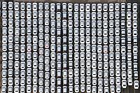 Startpositioni: EUROPA, DEUTSCHLAND, HAMBURG (EUROPE, GERMANY), 02.02.2013: Neuwagen warten auf den Transport in alle Welt am Uni Kai im Hamburger Hafen