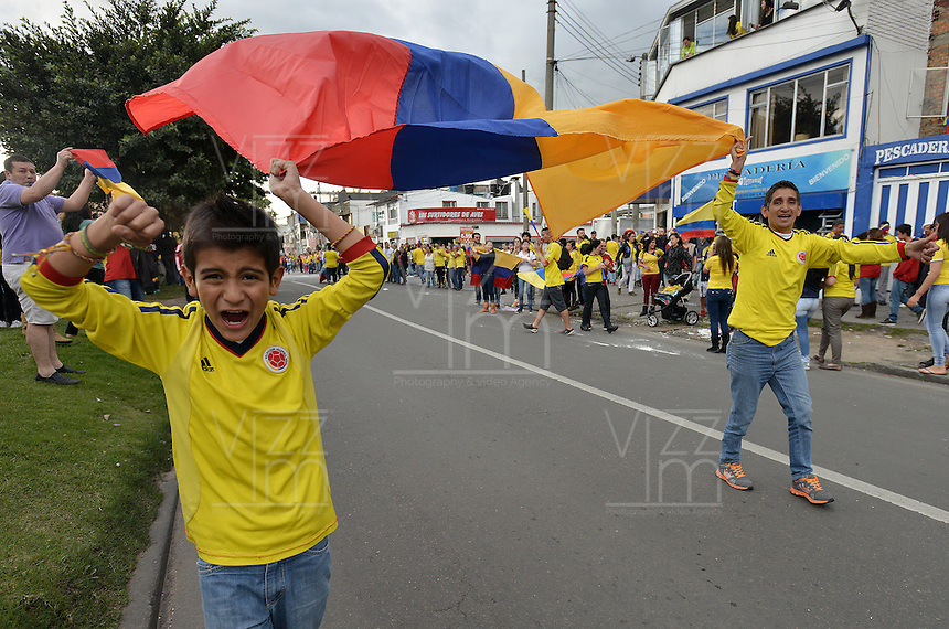 BOGOTA - COLOMBIA -28-06-2014. Hinchas colombianos celebran en Bogotá después del triunfo de la Selección de fútbol de Colombia (COL) sobre la selección de fútbol de Uruguay (URU) en partido de los octavos de final, hoy 28 de junio de 2014, por la Copa Mundial de la FIFA Brasil 2014 jugado en el estadio Maracaná de Rio de Janeiro./ Fans of Colombia celebrate in Bogota after the victory of Colombia (COL) over Uruguay (URU) in match of the Round of 16, today June 28 2014, for the 2014 FIFA World Cup Brazil played at Maracana stadium in Rio do Janeiro. Photo: VizzorImage/ Gabriel Aponte / Staff
