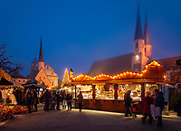 Deutschland, Bayern, Oberbayern, Wallfahrtsort Altoetting: Christkindlmarkt auf dem Kapellplatz mit Kongregationssaal, Gnadenkapelle, St. Magdalena-Kirche, Pfarr- und Stiftskirche St. Philipp und Jakob | Germany, Bavaria, Upper Bavaria, pilgrimage place Altoetting: Christmas Market at Kapell Square with Congregational Hall, Chapel of the Miraculous Image, St. Magdalena church, parish and collegiate church St. Philipp and Jacob