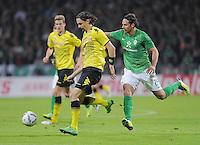 FUSSBALL   1. BUNDESLIGA   SAISON 2011/2012    9. SPIELTAG  14.10.2011 SV Werder Bremen - Borussia Dortmund                  Neven Subotic (li, Borussia Dortmund) gegen Claudio Pizarro (SV Werder Bremen)