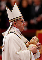 Papa Francesco prende il Bambinello al termine della messa della Notte di Natale, nella Basilica di San Pietro, Citta' del Vaticano, 24 dicembre 2014.<br /> Pope Francis takes the statuette of Baby Jesus at the end of the Christmas Eve mass in St. Peter's Basilica, Vatican, 24 December 2014.<br /> UPDATE IMAGES PRESS/Riccardo De Luca<br /> <br /> STRICTLY ONLY FOR EDITORIAL USE