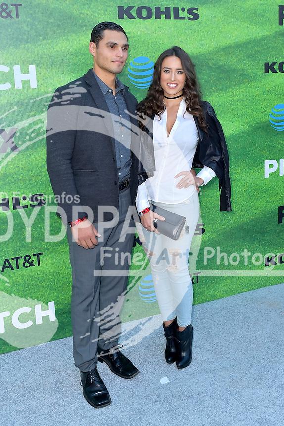 Christian Ochoa und Rebecca Valera bei der Premiere der FOX TV-Serie 'Pitch' auf dem West LA Little League Field. Los Angeles, 13.09.2016