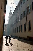 Milano, centro città. Via Palazzo Reale e il campanile della Chiesa di San Gottardo in Corte --- Milan, downtown. Palazzo Reale street and the bell tower of the church San Gottardo in Corte