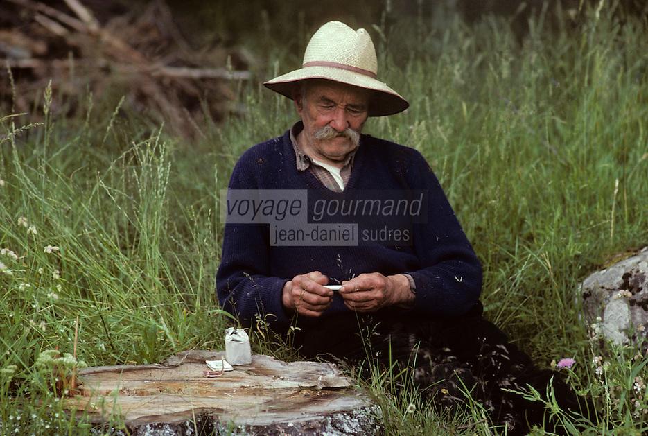 Europe/France/Auvergne/15/Cantal/env Riom es Montagnes: un paysan s'offre une pause tabac [Non destiné à un usage publicitaire - Not intended for an advertising use] <br /> PHOTO D'ARCHIVES // ARCHIVAL IMAGES<br /> FRANCE 1980