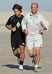 NORDERNEY Trainer Thomas Schaaf bleibt Norderney treu. Nachdem er bereits elfmal mit Fu&szlig;ball-Bundesligist Werder Bremen ins Trainingslager auf die Nordseeinsel gefahren ist, um sein Team auf eine Saison vorzubereiten, will er die Sportpl&auml;tze und die dort gebotene Betreuung auch f&uuml;r seinen neuen Verein, Eintracht Frankfurt, nutzen. Das Trainingslager ist f&uuml;r die Zeit vom 6. bis 12. Juli geplant.<br /> Archiv aus: FBL 06/07 Tag 2 - Strandlauf am fruehen Morgen<br /> <br /> Trainingslager Werder Bremen Norderney 2006 <br /> <br /> Neuzugang Diego zusammen mit Trainer Thomas Schaaf  beim Strandlauf<br /> <br /> Foto &copy; nordphoto <br /> <br /> <br /> <br />  *** Local Caption ***