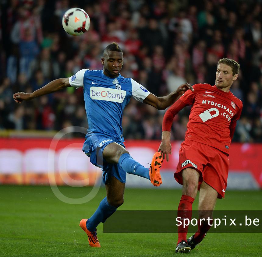 KV Kortrijk : duel tussen Nebojsa Pavlovic (r) en Ilombe Mboyo (l) van Genk<br /> foto VDB / BART VANDENBROUCKE
