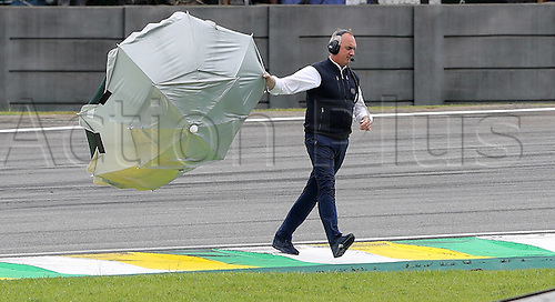 11.11.2016. Sao Paulo, Brazil. Formula 1 Grand Prix of Brazil, 3rd practise session. A track steward removes the pieces after Felipe Massa (BRA) Williams Martini Racing hits an umbrella at the Interlagos Circuit during 3rd practise session