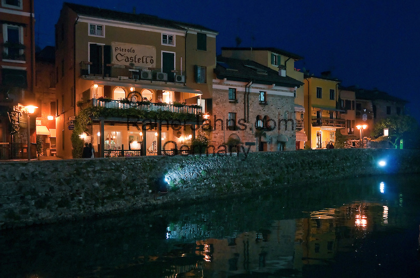Italy, Lombardia, Sirmione, located on a small peninsula on the South Banks of Lake Garda: evening at Old Town   Italien, Lombardei, Gardasee, Sirmione, auf einer Halbinsel am Suedufer des Gardasees gelegen: Abendstimmung in der Altstadt