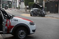 FOTO EMBARGADA PARA VEICULOS INTERNACIONAIS. SAO PAULO, SP, 07/09/2012, ACIDENTE TATUAPE. Duas pessoas ficaram feridas apos o veiculo em que estavam bater contra um poste na Rua  Platina nobairro do Tatuspe. As vitimas foram encaminhadas a hospitais da regiaso. Luiz Guarnieri/ Brazil Photo Press.