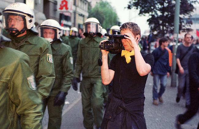 Mehr als 10.000 Menschen kamen zur sogenannten Revolutionaeren 1. Mai-Demonstration nach Berlin-Kreuzberg.<br /> Hier: Ein neutraler Beobachter dokumentiert den Polizeieinsatz und die Demonstration.<br /> 1.5.2000, Berlin<br /> Copyright: Christian-Ditsch.de<br /> [Inhaltsveraendernde Manipulation des Fotos nur nach ausdruecklicher Genehmigung des Fotografen. Vereinbarungen ueber Abtretung von Persoenlichkeitsrechten/Model Release der abgebildeten Person/Personen liegen nicht vor. NO MODEL RELEASE! Nur fuer Redaktionelle Zwecke. Don't publish without copyright Christian-Ditsch.de, Veroeffentlichung nur mit Fotografennennung, sowie gegen Honorar, MwSt. und Beleg. Konto: I N G - D i B a, IBAN DE58500105175400192269, BIC INGDDEFFXXX, Kontakt: post@christian-ditsch.de<br /> Bei der Bearbeitung der Dateiinformationen darf die Urheberkennzeichnung in den EXIF- und  IPTC-Daten nicht entfernt werden, diese sind in digitalen Medien nach &sect;95c UrhG rechtlich gesch&uuml;tzt. Der Urhebervermerk wird gemaess &sect;13 UrhG verlangt.]