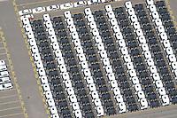 4415/Unikai :EUROPA, DEUTSCHLAND, HAMBURG, 09.06.2005: Abstellflaeche am Unikai, Hafen Hamburg, Fahrzeuge warten auf Verladung, Verladungen auf PCC (Pure Car Carrier) .und PCTC (Pure Car and Truck Carrier) .von Neu- und Gebrauchtfahrzeugen, .Nutzfahrzeuge, Spezialfahrzeug, Sattelschlepper, PKW,  Spedition, speditionelle.Abfertigung, Schiffsverladung, RoRo, O'Swaldkai, .Schuppen 48,  Lagerflaeche,  Stellfläche,  Export, Exportwirtschaft, .Luftaufnahme, Luftbild,  Luftansicht