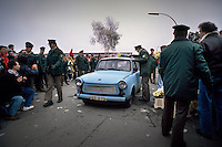 Berlino, 9 Novembre, 1989. Tedeschi dell'Est con la loro Trabant entrano a Berlino Ovest attraverso un varco nel muro subito dopo la sua caduta. East German citizens are applauded by West Berliners as they crossed the border to visit West Berlin. Thousands of East Germans moved into West Berlin after the opening of the wall by East German government.
