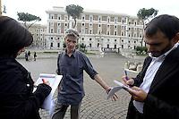 Roma, 3 Ottobre 2012.Piazza del Viminale.Il giornalista inglese Mark Covell, selvaggiamente picchiato a Genova dalla polizia durante il massacro della Diaz al G8 del 2001 viene risarcito dal Ministero dell'interno per le violenze fisiche e morali .Nella foto con i giornalisti.