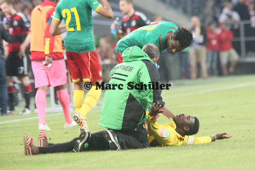 Flitzer rennt zu den Stars von Kamerun, Nicolas N'koulou (CAM) schickt den Ordner weg - Deutschland vs. Kamerun, Mönchengladbach