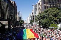 SAO PAULO, SP, 04.05.2014 - PARADA DO ORGULHO LGBT - Participantes abrem a bandeira  durante o Festival do  Orgulho LGBT na tarde deste Domingo, 4 na Avenida Paulista, regiao central da  cidade de São Paulo. (Foto: Andre Hanni /Brazil Photo Press).