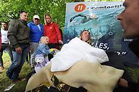 ZWEMSPORT: LEEUWARDEN: 13-06-2018, <br /> <br /> Openwaterzwemmer Maarten van der Weijden deed een training voor de zwemelfstedentocht die hij in augustus zal proberen te zwemmen, hij starte maandag in Amsterdam en finishte woensdag in de Prinsentuin in Leeuwarden zo'n 143 kilometer, het IJsselmeer heeft Maarten in de volgboot overgestoken, vanwege de koude harde wind en gevaar voor onderkoeling door de te lage watertemperatuur was het niet verantwoord om hier te zwemmen, in Stavoren ging hij zwemmend verder, na een moeizame nacht waarin hij maar heel kort heeft geslapen, woensdag arriveerde Van der Weijden rond het middaguur in Leeuwarden waar hij onthaald werd door een groep enthousiaste supporters en de pers.<br /> Met deze actie wil Van der Weijden zoveel mogelijk geld zien inzamelen voor kankeronderzoek, &copy;foto Martin de Jong