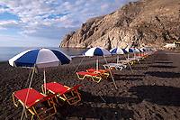 Strand von Kamari auf der Insel Santorin (Santorini), Griechenland