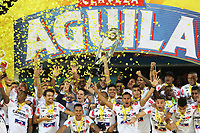 MEDELLÍN- COLOMBIA, 16-12-2018.Jugadores del Junior levantan el trofeo para celebrar el título como campeones después del partido de vuelta Final entre Deportivo Independiente Medellín y Atletico Junior como parte de la Liga Águila II 2018 jugado en el estadio Atanasio Girardot de la ciudad de Medellín. / Players of Junior lift the trophy to celebrate as a champions after Final second leg match between Deportivo Independiente Medellin and Atletico Junior as a part Aguila League II 2018 played at Atanasio Girardot stadium in Medellin city<br />  . Photo: VizzorImage / Felipe Caicedo / Staff