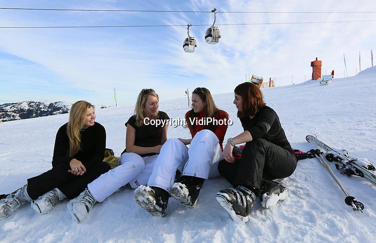 Foto: VidiPhoto<br /> <br /> ALPBACH &ndash; Hollandse babes genieten woensdag van hun wintersportvakantie in het skigebied Ski-Juwel Wildsch&ouml;nau-Alpbachtal in de buurt van het Oostenrijkse Kufstein in Tirol. Hoewel de sneeuwcondities op de skipistes niet geweldig zijn, schijnt de zon volop. Met temperaturen van 4 graden op de pistes tot 10-12 graden in het dal. Lekker bruin worden dus. Omdat er veel Duitse toeristen zijn die deze week nog vakantie hebben, gebeuren er &ndash;mede door de slechte pistes- relatief veel ongevallen.