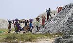 Africa, Afrika, Senegal, 17-09-2011,  Lac Retba, roze meer, ten NO van Dakar, zoutwinning na dode zee het enige zoutmeer,  vroegere aankomstplaats van de Parijs Dakkar Rally. Vrouwen doen het zware sjouwwerk met plastic manden met zout op hun hoofd..foto: michael Kooren/HH