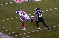 wide receiver Darius Slayton (86) of the New York Giants setzt sich gegen cornerback Ronald Darby (21) of the Philadelphia Eagles durch - 09.12.2019: Philadelphia Eagles vs. New York Giants, Monday Night Football, Lincoln Financial Field