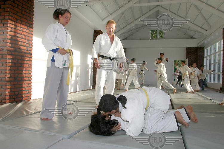 Stig Traavik trener barn i judo, Kabul 2003